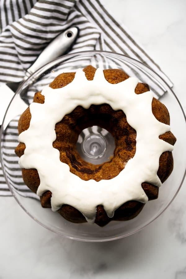Ansicht von oben nach unten von Zimt-Bundt-Kuchen mit Frischkäse-Zuckerguss