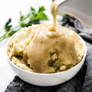 Kartoffelpüree mit Soße übergießen