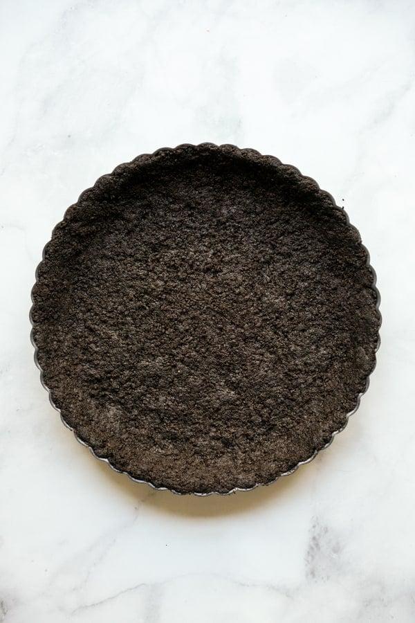 A tart pan with an oreo crust